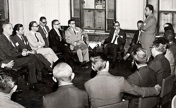 Histórico (Década de 1960) - Na reunião que aprovou a criação da Petros, Daphnis Souto, mentor intelectual da Fundação, dá explicações à diretoria da Petrobras. Crédito: Acervo pessoal / Daphnis Souto