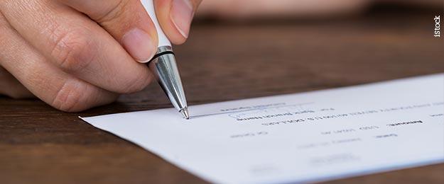 Educação financeira - Uma pessoa entregando cheque para outra