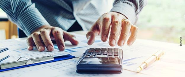 Educação financeira - Pessoa fazendo cálculos